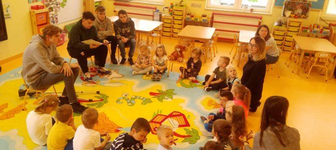 Młodzież czyta dzieciom